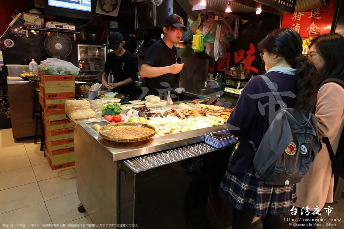 店内にも若者がいる台湾料理のお店