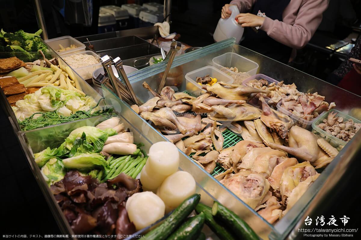 台湾特有の惣菜っぽい食材を販売している屋台