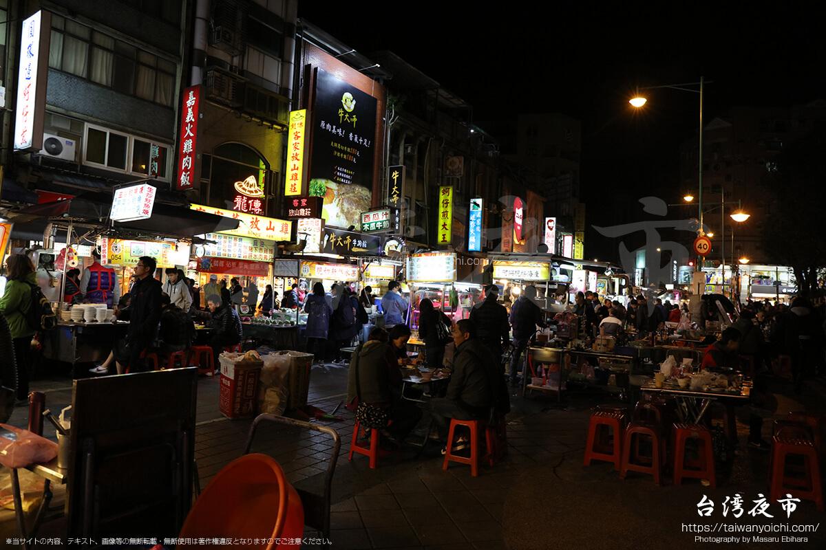 寧夏路夜市は広いテーブルと椅子がある屋台が多い