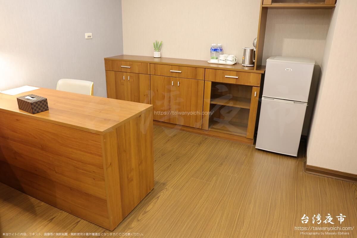 書斎デスクと食器棚、冷蔵庫