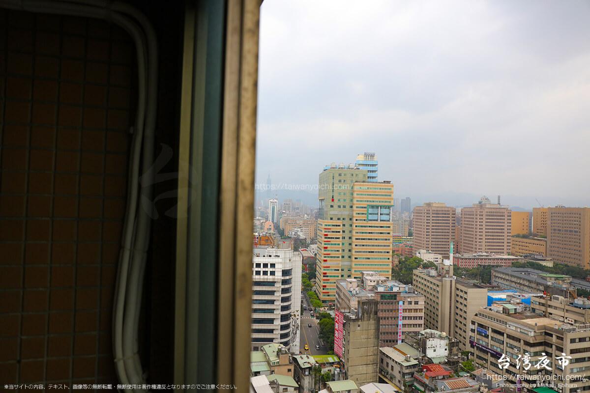 バルコニーからかすかに見える台北101