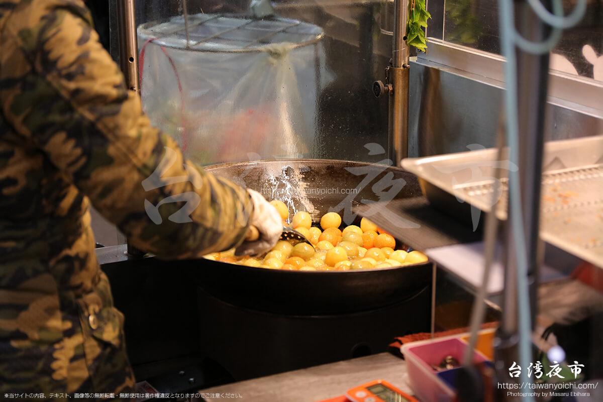 さつまいものもちもち揚げ団子を調理しているところ
