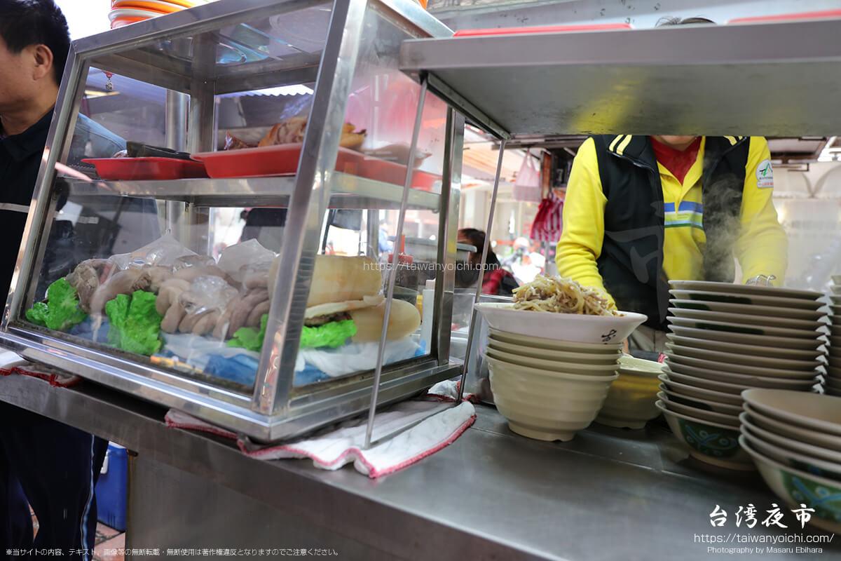 雙城街夜市の屋台は、昼間も台湾料理がメイン