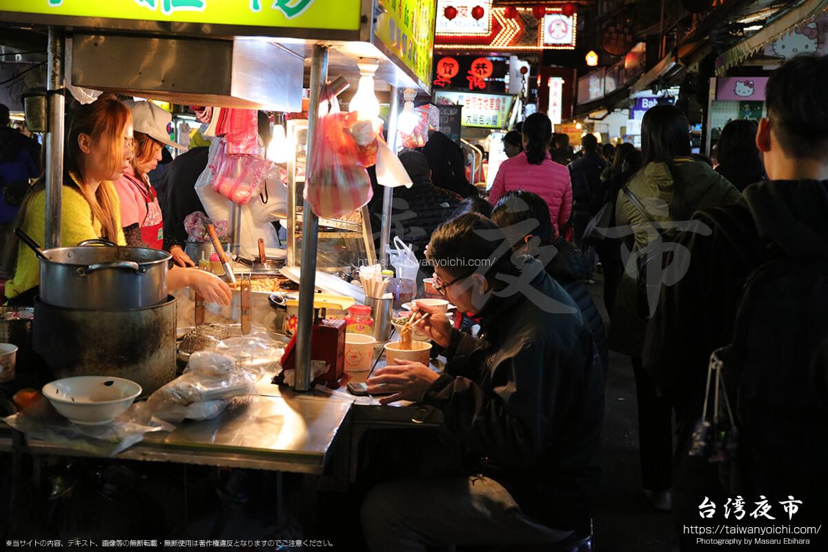 週末の饒河街観光夜市の混雑