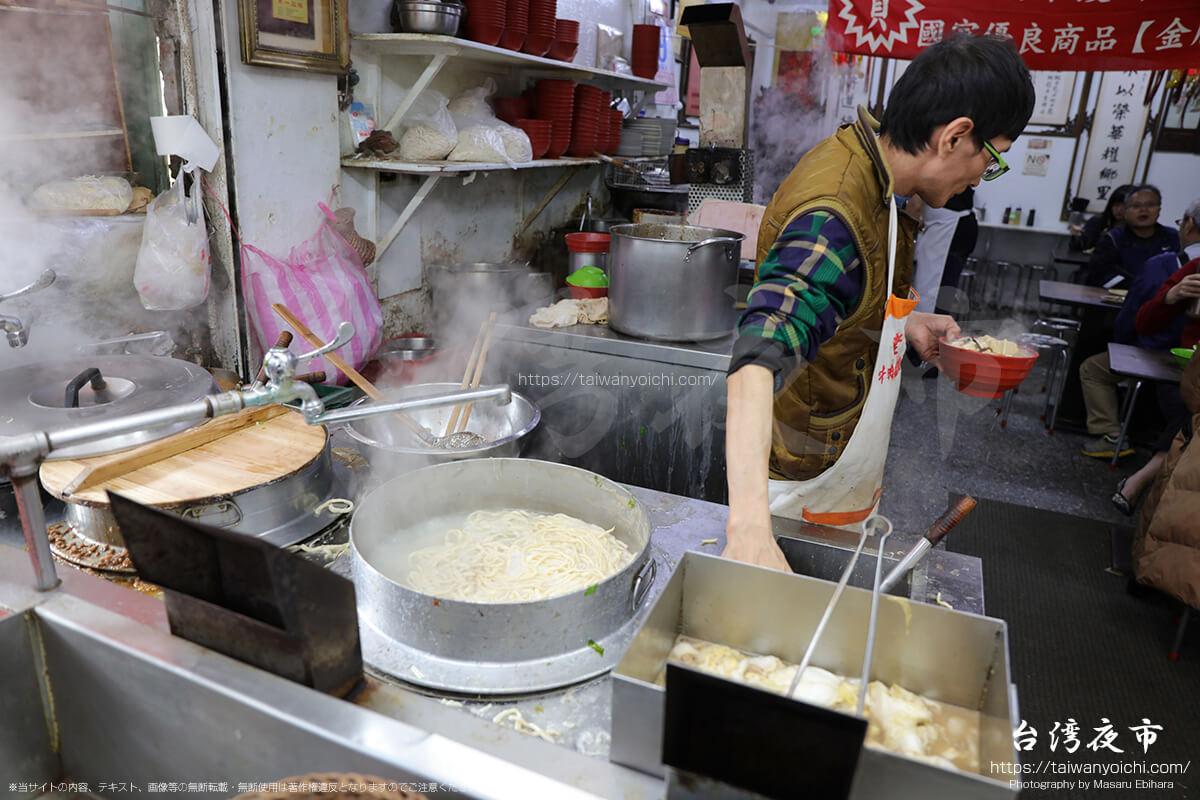 茹で上がった麺に具材をのせたら完成
