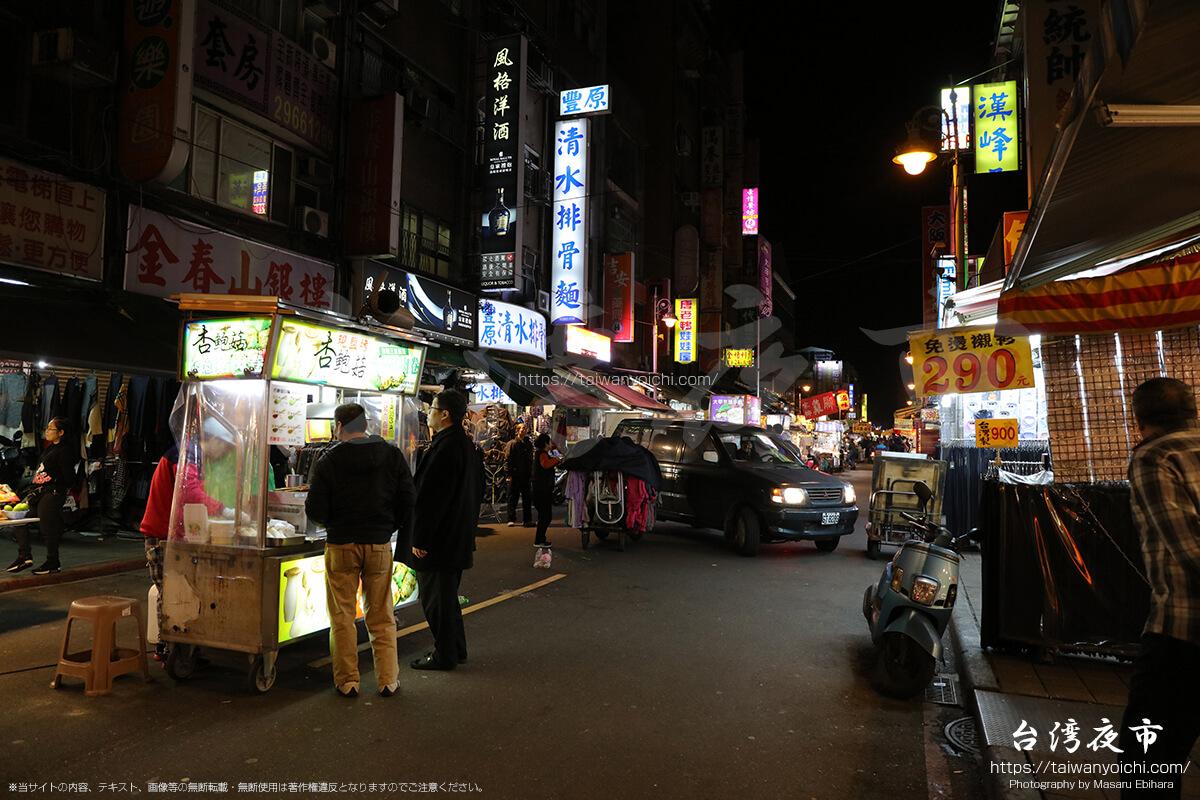 廣州街夜市の中を通過する車