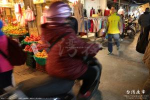 景美夜市のど真ん中を通過するバイク