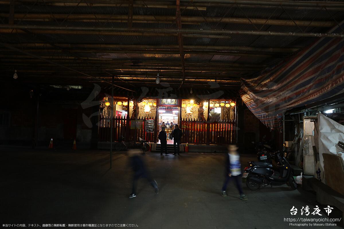 景美夜市の中にあるお寺