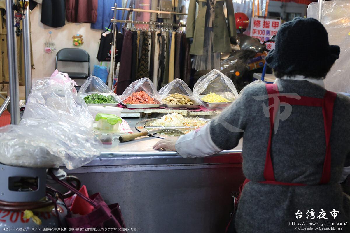 景美夜市の道の真ん中で惣菜を売っている屋台