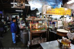 台湾の代表的な小吃である臭豆腐、蚵仔煎、甜不辣を販売している店舗型の屋台
