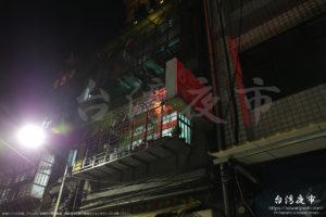 赤提灯が点灯する建物