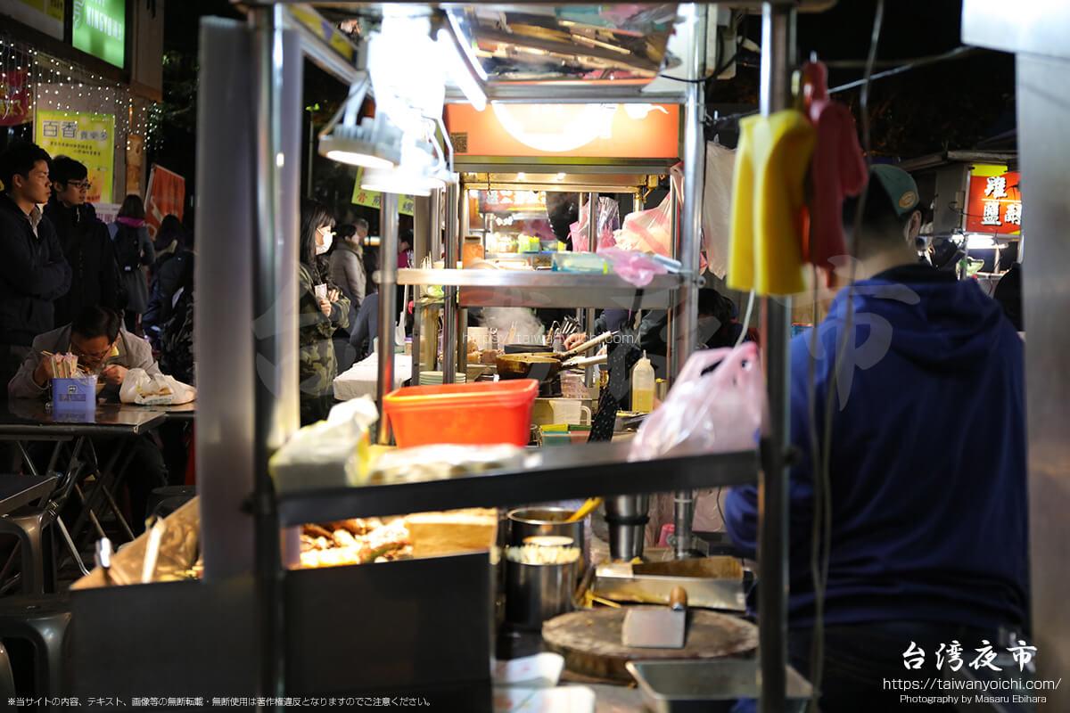 活気がある夜市は、常に屋台で料理を作る人たちの手が止まりません