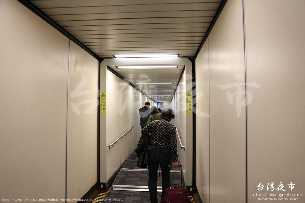 飛行機から降りる
