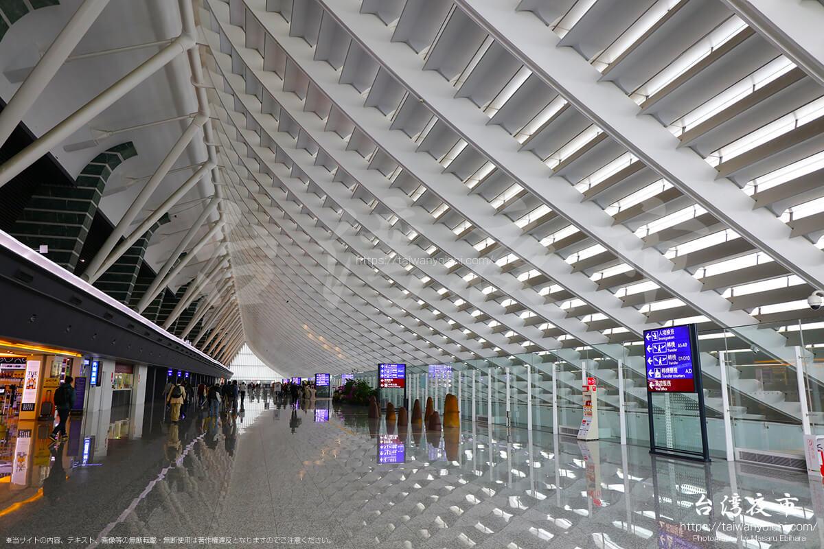 桃園国際空港内のインスタス映えスポットで写真撮影