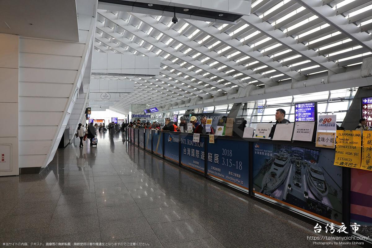到着口で台湾へ訪れる人たちを待ち構える沢山の人たち