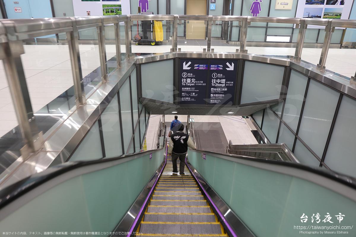 MRT乗り場へと向うエスカレーター