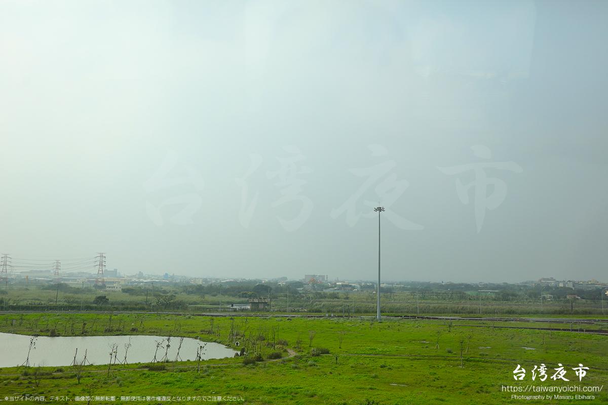 桃園国際空港から台北駅へと向う外の景色