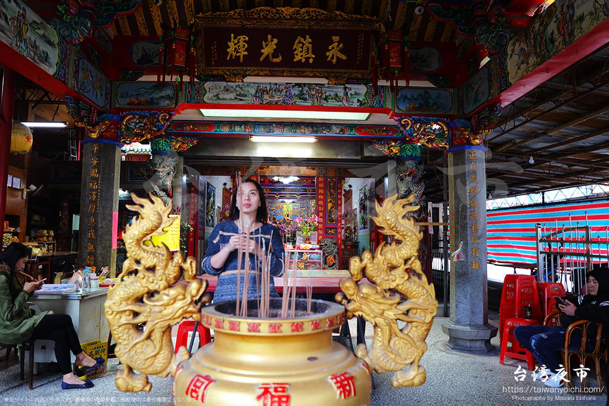 新福宮でお参りをする女性