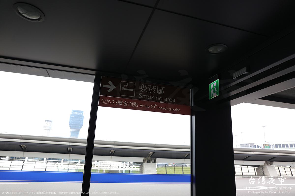 桃園国際空港の到着口を出た正面の自動扉