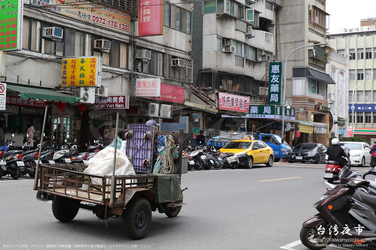 台北の市街地を走る三輪自動車
