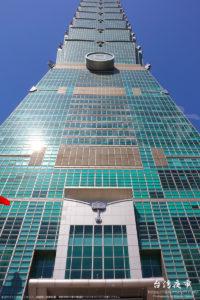 正面入口前から見上げた台北101