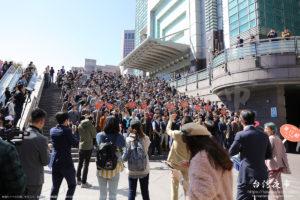 台北101のイベントに集まる若者たち