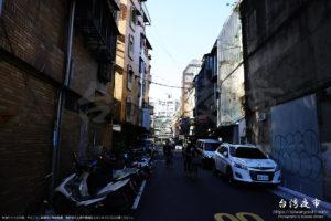 台北のバイク街で自転車を運転する人
