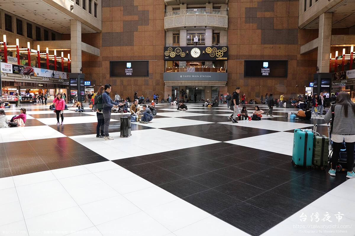台北駅の白と黒の床