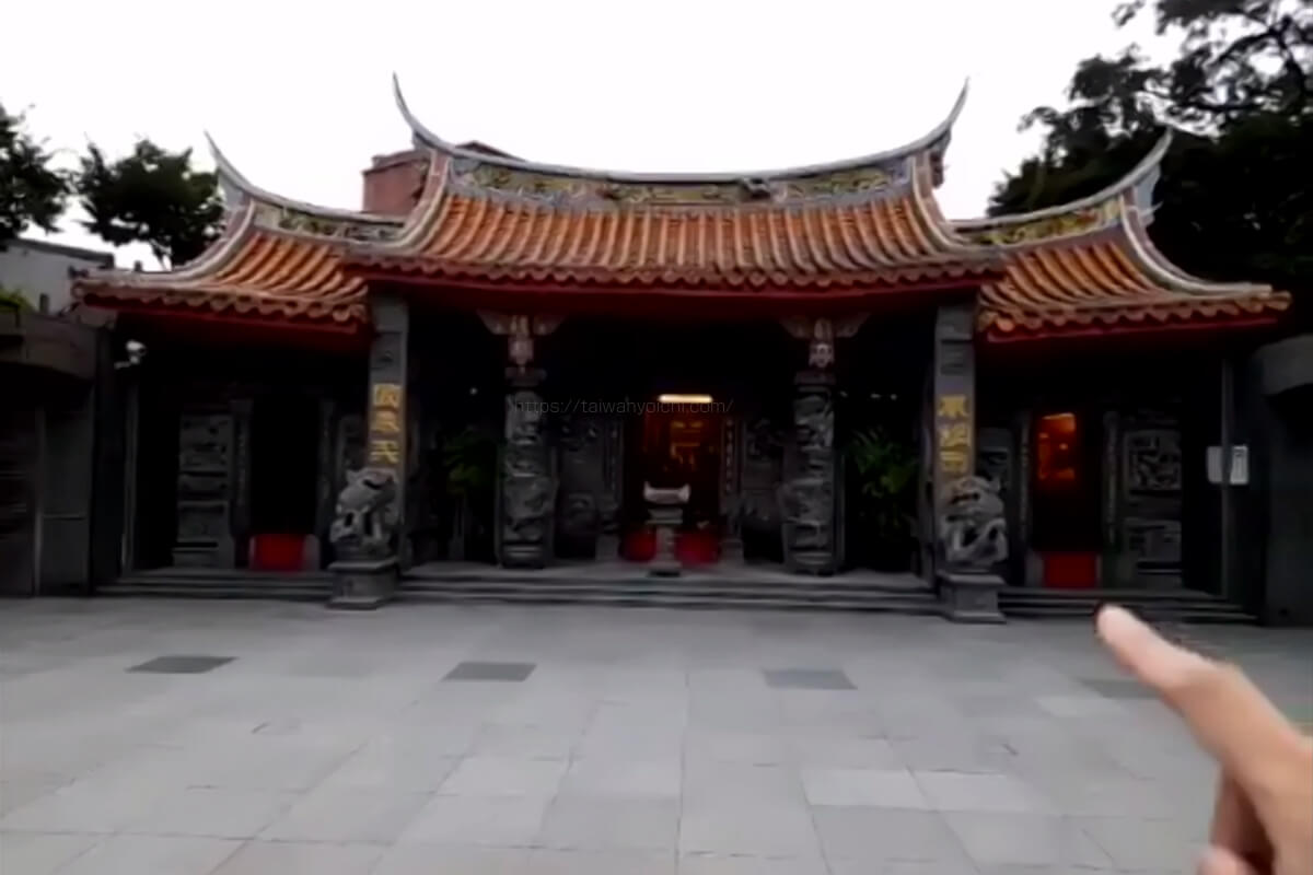 福山宮の参拝は右の入り口から入って左から出てきます